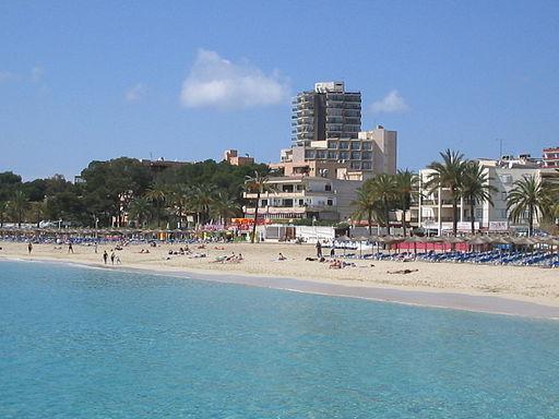 By Rafael Ortega Díaz (Own work) [Public domain], via Wikimedia Commons https://upload.wikimedia.org/wikipedia/commons/c/ca/Magalluf-Mallorca2-rafax.JPG Лучшие курорты Испании