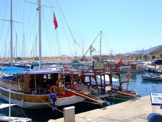 Автор Kitkatcrazy (http://en.wikipedia.org/wiki/Image:Turkey_040.JPG) [Public domain], undefined https://upload.wikimedia.org/wikipedia/commons/e/ef/Turkey_Harbour_in_Kalkan.JPG